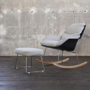 KAWOLA Sessel SONNY Schaukelstuhl Stoff grau mit schwarzer Schale inklusive Hocker